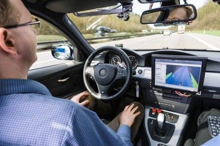 Beim automatisierten Fahren entscheidet das Auto allein über Spurwechsel oder Bremsmanöver. Derzeit befinden sich solche Systeme noch in der Testphase. Foto: djd/Robert Bosch
