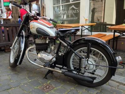Schwarze Josephine Tornax Motorrad S250