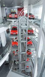 Automobile und Zweiräder in Rot bewegen sich ab sofort auf dem Paternoster durch alle Ebenen des Audi museum mobile.